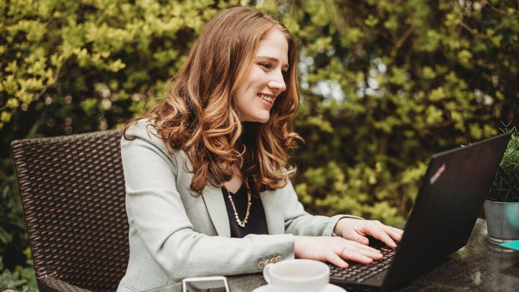 Kaitlin Fritz using laptop